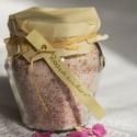 Rózsacukor, Pasztellszínű cukor illatos rózsaszirmokkal ele...